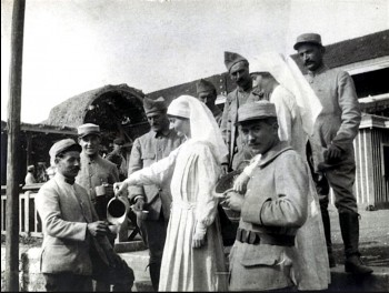 The Cromwell twins with soldiers of the French Army. Dorothea (left) is holding a pitcher and Gladys (right) is holding a basket.